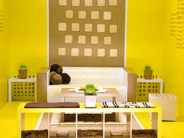Sơn phòng khách màu vàng phù hợp với nhà có cửa quay hướng Đông